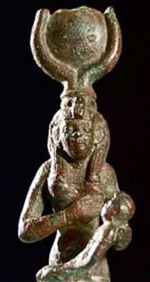 Statuetta della dea egizia Isi con il figlio Horo