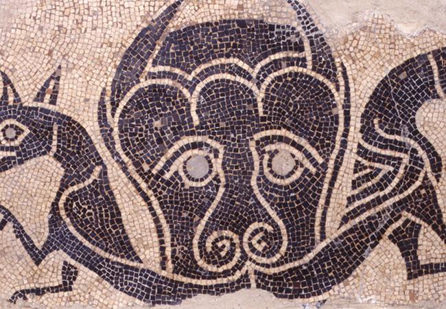 Maschera con due grifi uniti sotto il naso per la coda